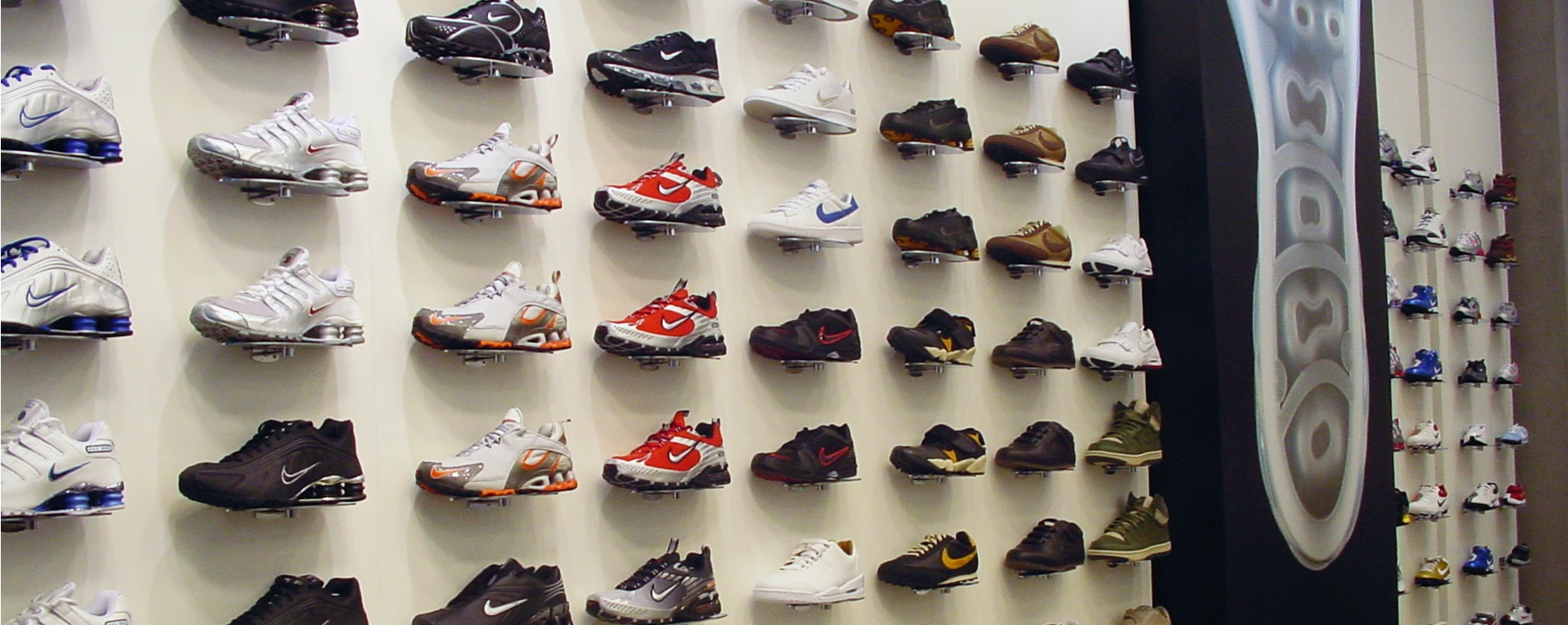 <strong>SoloSlat</strong> <br> Shoe Displays